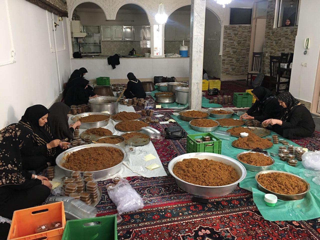 بسته بندی حلوای متبرک در حسینیه اعظم زنجان